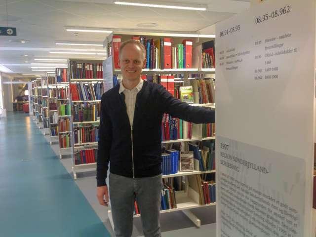 Historiker Klaus Tolstrup Petersen på biblioteket i Flensborg