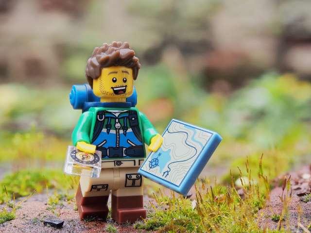 Legofigur på orienteringsløb i naturen