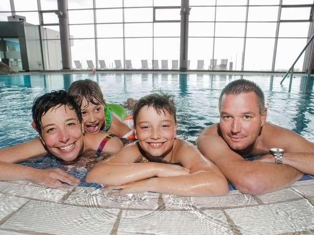 Familie i oplevelsesbadet Entdeckerbad på Ostsee Resort Damp