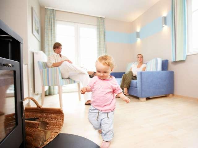 Børnefamilie hygger sig i deres ferielejlighed på Dorfhotel Sylt i Rantum på Sild