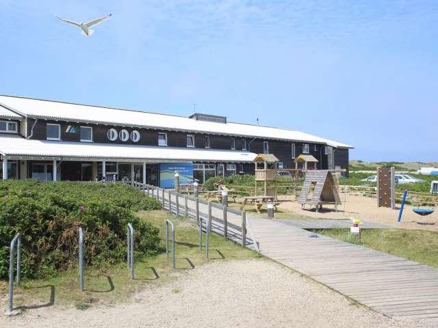 Indgangen og legepladsen på vandrehjemmet i Vesterland på Sild
