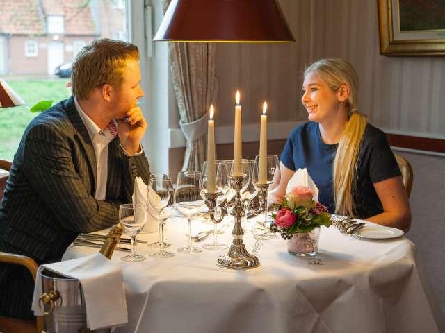 Par nyder en hyggelig aften på restauranten på Ringhotel Aquarium i Frederiksstad