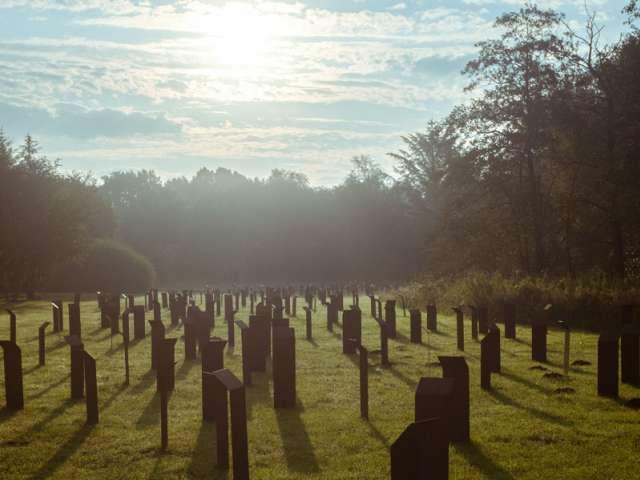 Jernstelerne på KZ-Gedenkstätte Husum-Schwesing i modlys