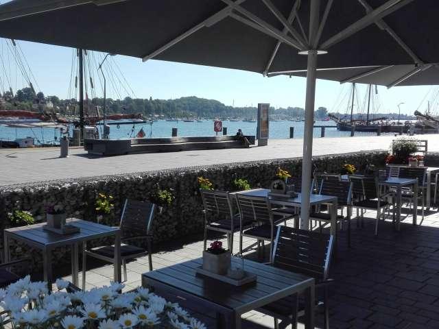 Terrassen med udsigt over havnen på restaurant Miral i Egernførde