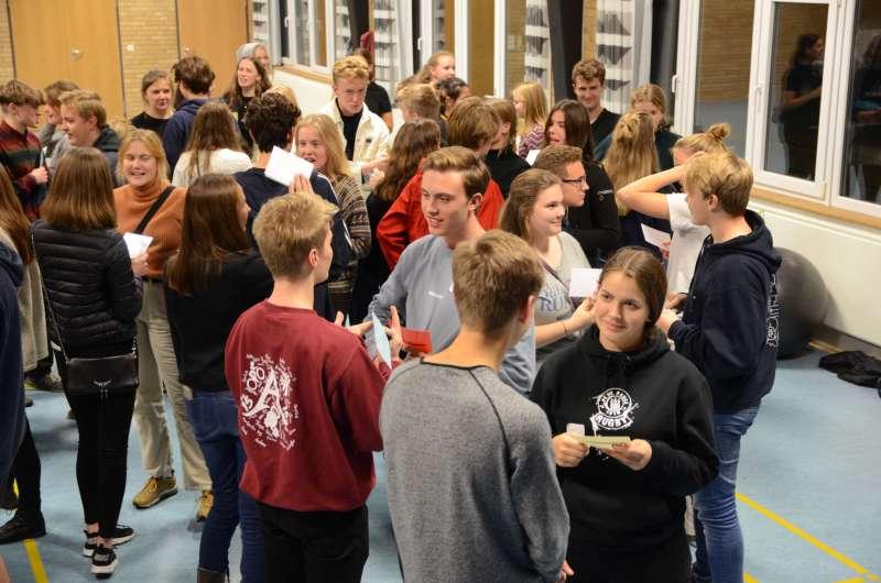 Danske og sydslesvigske elever står og snakker sammen under et besøg af Elevambassadørerne på en skole i Danmark.