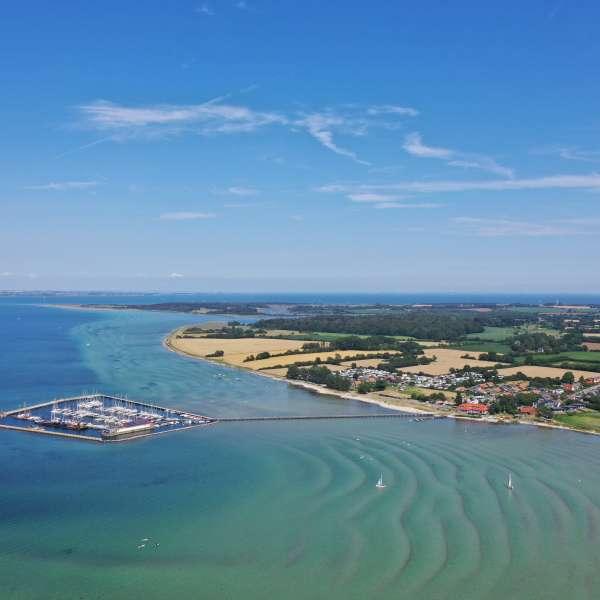 Luftbillede af lystbådehavnen i Vakkerballe med naturområdet Geltingerr Birk i baggrunden