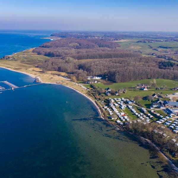Luftbillede af lystbådehavnen og campingpladsen i Bogholmvig