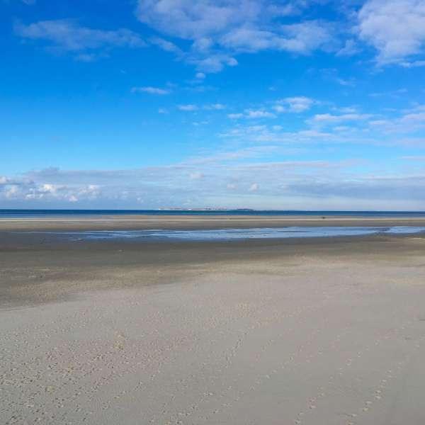 Stranden på Amrum med sydspidsen af øen Sild i baggrunden