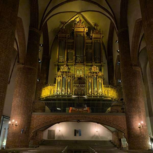 Orglet i Nikolaikirken er fra 1609 og omfatter i dag to orgler, et barokt og et romantisk-symfonisk instrument