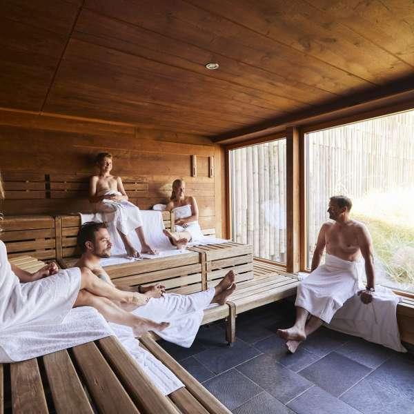 Besøgende nyder en saunatur og udsigten over klitterne i forlystelsesbadet Sylter Welle i Vesterland på Sild