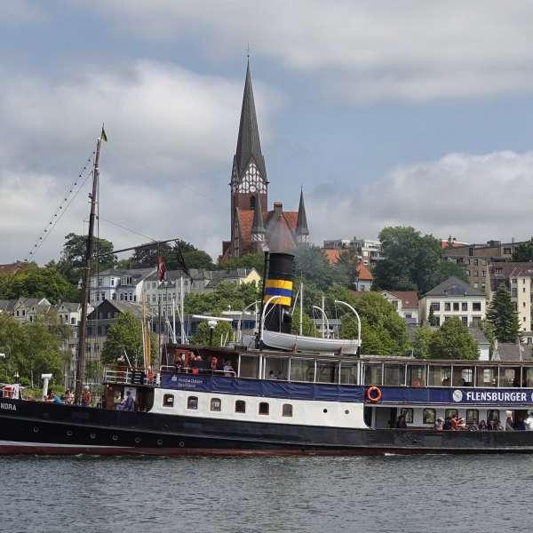 Dampskibet Alexandra i Flensborg Havn med Sankt Jørgen Kirke i baggrunden