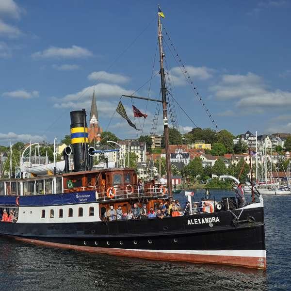 Dampskibet Alexandra lægger til i havnen i Flensborg