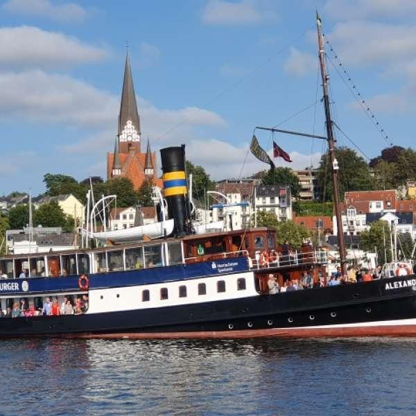 Dampskibet Alexandra sejler gennem Flensborg havn