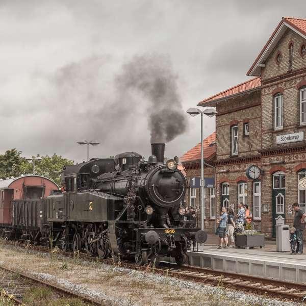 Damptoget Angelner Dampfeisenbahn holder på banegården i Sønderbrarup