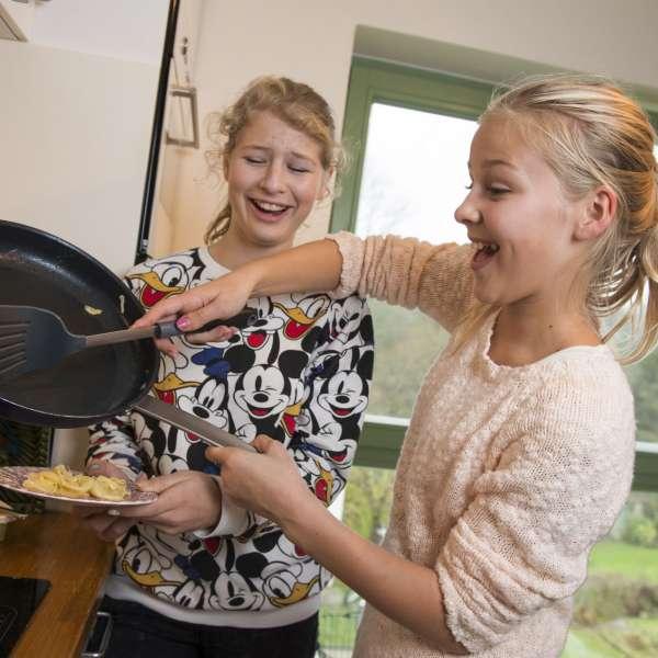 Dansk og sydslesvigsk elev laver mad sammen i fritiden under elevudvekslingen med feriebarn.dk