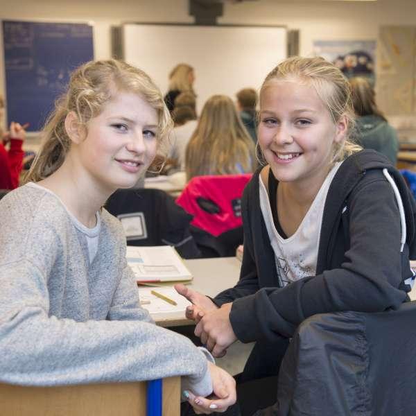 Dansk og sydslesvigsk elev sidder sammen i undervisningen under elevudvekslingen med feriebarn.dk