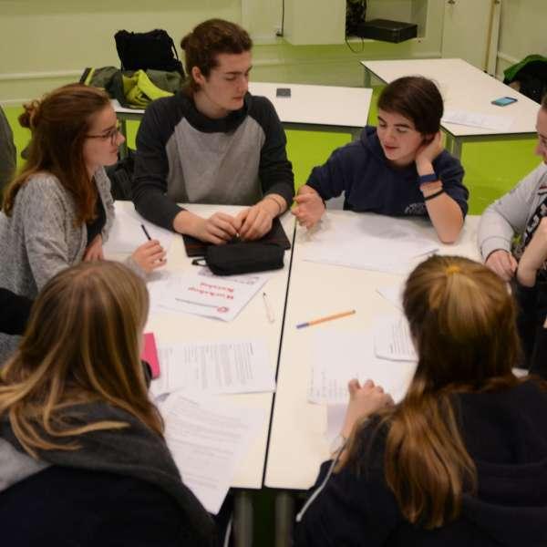 Elever løser en gruppeopgave under et besøg af Elevambassadørerne på en skole i Danmark.