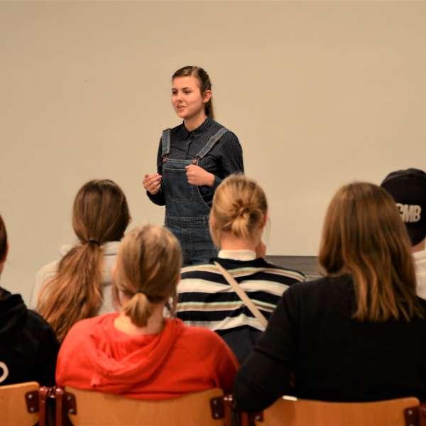En af Grænseforeningens Elevambassadører holder foredrag for danske skoleelever