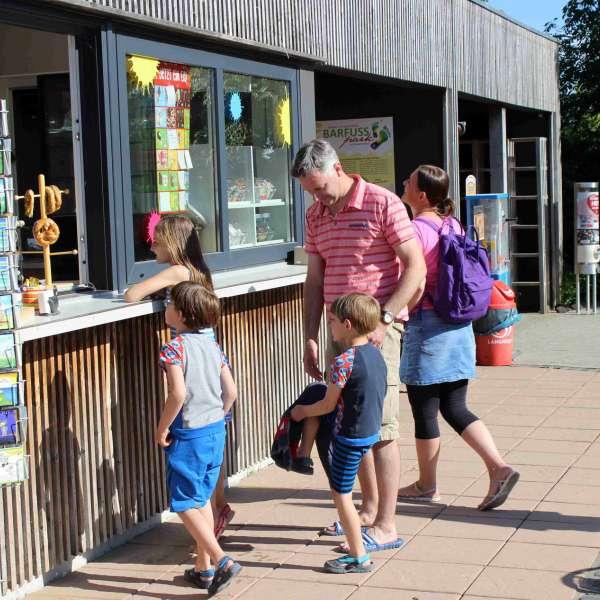 En familie køber is i kiosken i Barfusspark Schwackendorf