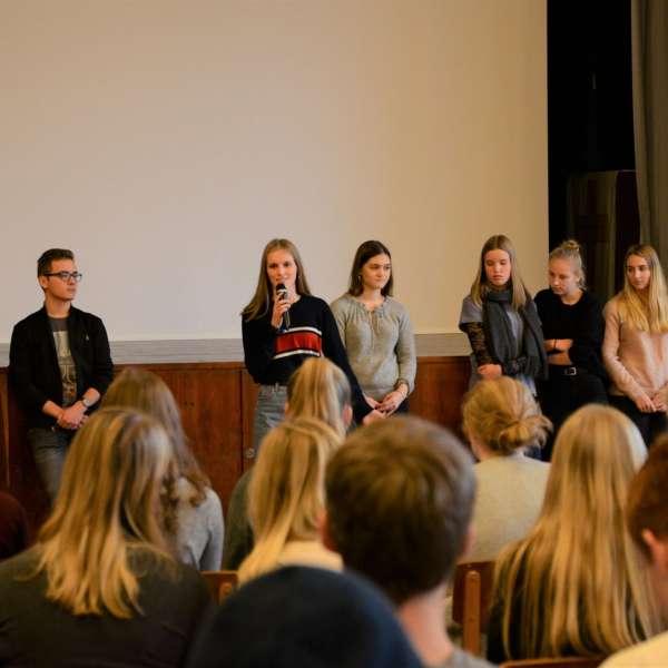 En gruppe af Grænseforeningens Elevambassadører holder oplæg for danske skoleelever