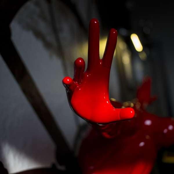 En rød hånd rækker ud efter de besøgende i bomberummet i Mystery House Flensborg