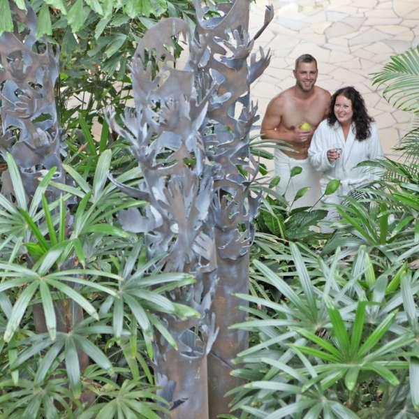 Et par får en pause mellem to saunature i haven i Campusbad i Flensborg