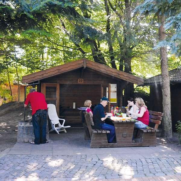 Familie spiser frokost i en af grillhytterne i Tolkschau Forlystelsesparken i Tolk ved Slesvig