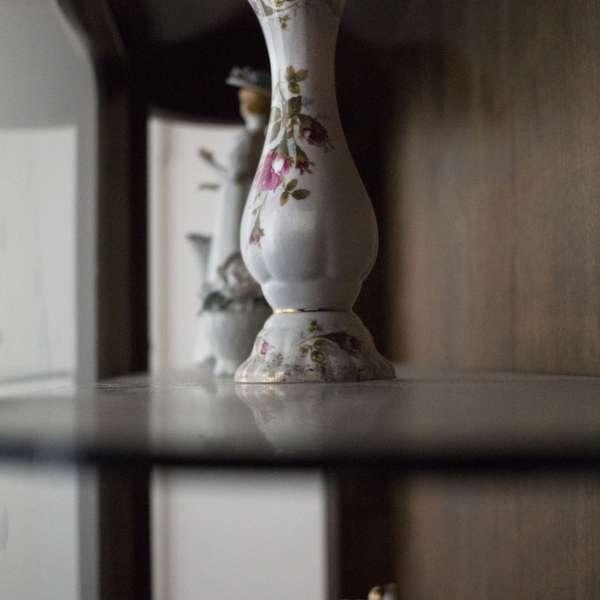 Flotte vaser står i reolen i rummet hvor røveriet har fundet sted i Mystery House Flensborg