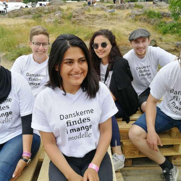 Grænseforeningens Kulturambassadører sidder og hygger sammen udenfor på en festival.