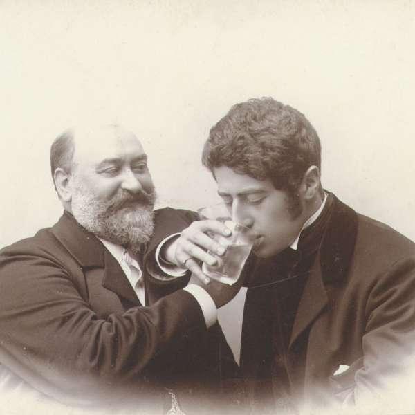 Gustav Johannsen drikker dus med sin svigersøn