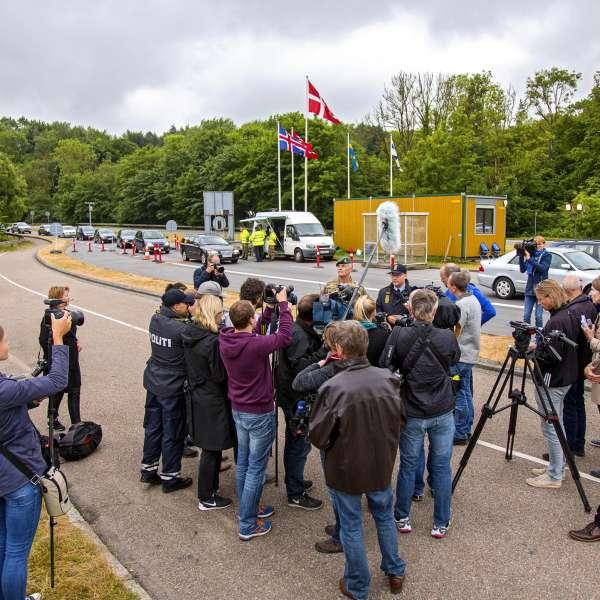 Journalister fra Flensborg Avis og andre mediehuse dækker grænsekontrollen ved den dansk/tyske grænse i Kruså