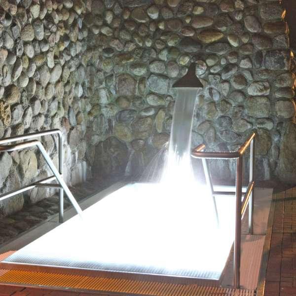 Koldtvandsbassin med vandfald i Campusbad i Flensborg