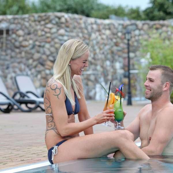 Par nyder en cocktail i haven i Campusbad i Flensborg