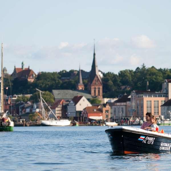 Par sejler gennem Flensborg Havn i en af Fly & Sails lejebåde