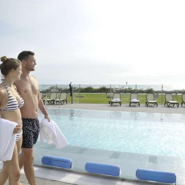 Par ved udendørsbassinnet i oplevelsesbadet Entdeckerbad på Ostsee Resort Damp