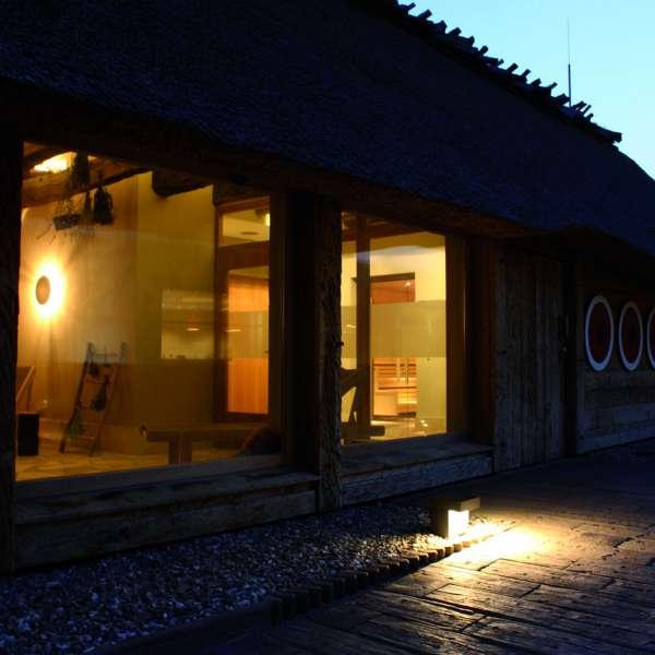 Sauna og hvileareal i oplevelsesbadet Entdeckerbad på Ostsee Resort Damp set udefra