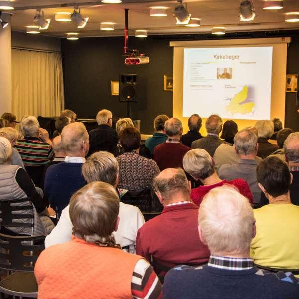 Slægtsforskere lytter til et foredrag på Slægtsforskerdagen på Dansk Centralbibliotek for Sydslesvig i Flensborg