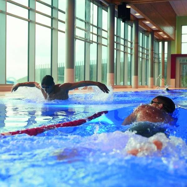 Svømmere i sportbassinnet i forlystelsesbadet Sylter Welle i Vesterland på Sild