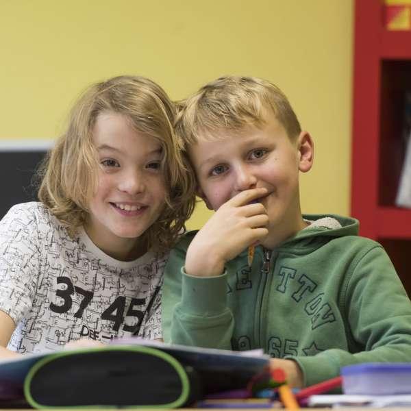 Dansk og sydslesvigsk elev sidder sammen i klasseværelset under elevudveksling med feriebarn.dk