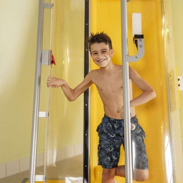 Teenager er på vej ind i startkabinen til powerrutsjebanen i badelandet Dünentherme i Sankt Peter-Ording