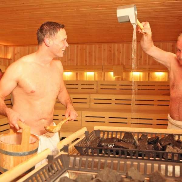 To besøgende nyder saunagus i Campusbad i Flensborg