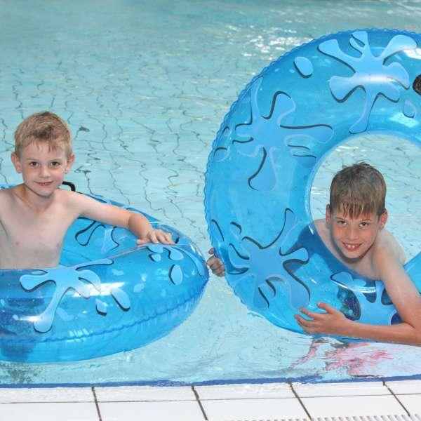 To børn leger med baderinge i begynderbassinnet i Campusbad i Flensborg