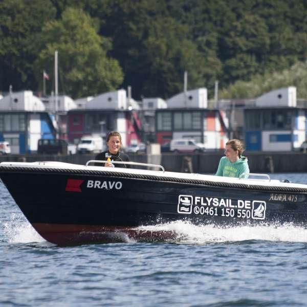 To kvinder i en af Fly & Sails lejebåde udfor havnen i Flensborg-Sonwik