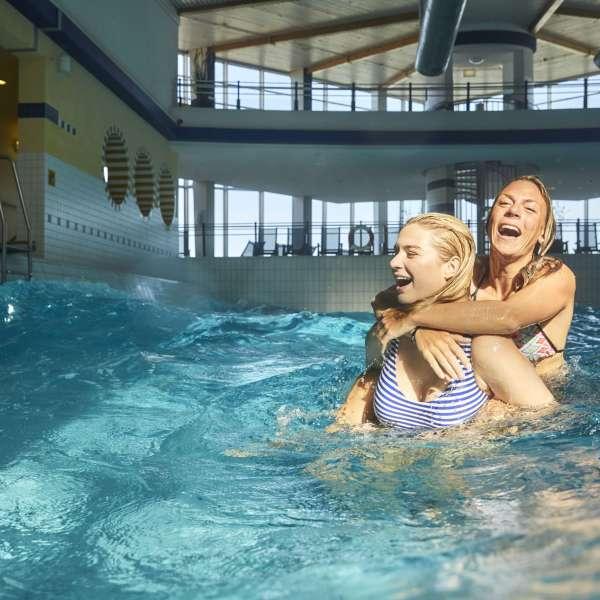 To veninder hygger sig i bølgebassinnet i forlystelsesbadet Sylter Welle i Vesterland på Sild.