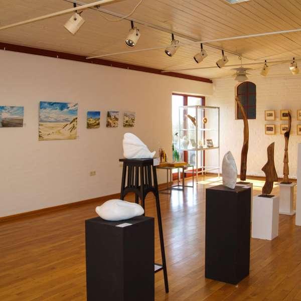 """Skulpturer og andre kunstværker på udstillingen """"Künstlerfreunde V"""" på Mikkelberg"""