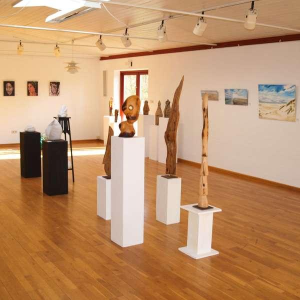"""Skulpturer på udstillingen """"Künstlerfreunde V"""" på Mikkelberg"""