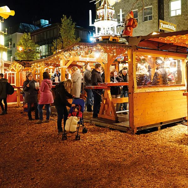 Besøgende hygger sig på julemarkedet i Slesvig