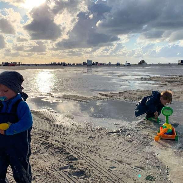 Børn leger i Tysklands største sandkasse - stranden i St. Peter-Ording