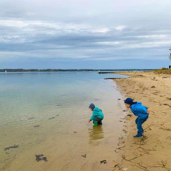 Børn leger ved stranden i Lyksborg en vinterdag