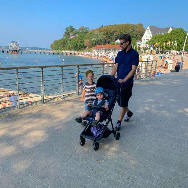 Familie på promenaden ved kurstranden i Lyksborg
